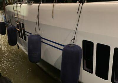Sunreef 50 en levage pour chargement sur un cargo